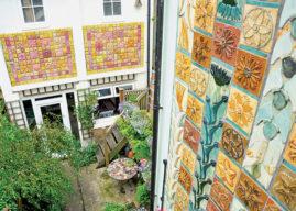 Skotská výtvarnice ozdobila svůj dům deseti tisíci dlaždiček