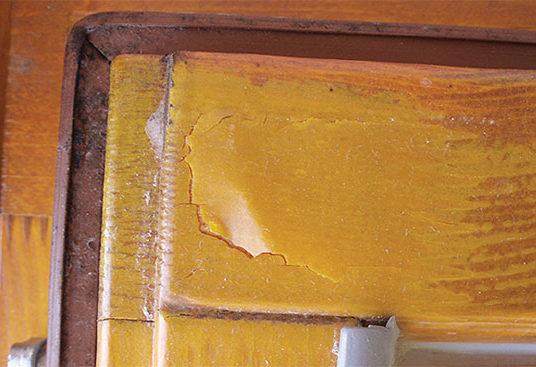 Vady nátěrů dřevěných oken a jejich příčiny