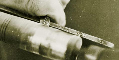 Tradiční techniky zdobení dřevěných předmětů 3. díl – vylévání a vybíjení kovem
